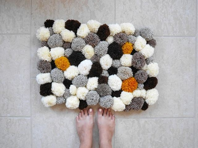 diy bathroom-pom-pom-rug